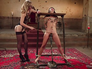 Mona Wales wants to fuck her lesbian friend Vivi Marie without mercy